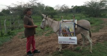 被地方軍隊扣留、跌斷腿裝義肢,都只是為了讓偏鄉孩子讀書──索里亞諾和他的驢子圖書館